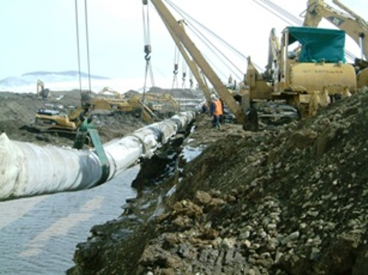 Lowering weight coated pipe across a floodplain